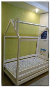 Кроватка-домик из массива сосны. Фото-1
