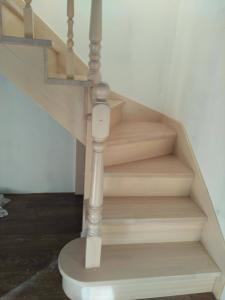 Лестница из сосны со ступенями из лиственницы (1)