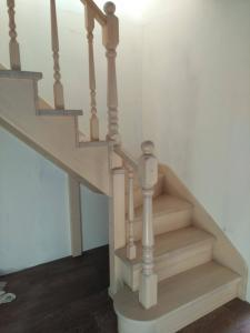 Лестница из сосны со ступенями из лиственницы (2)