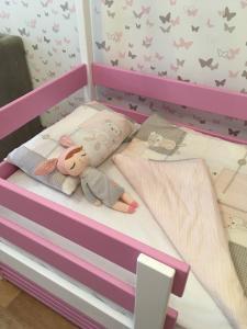 Детская кроватка-избушка в два цвета (3)