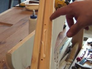 Нанесение клея при закреплении усиления деревянных ножек стола