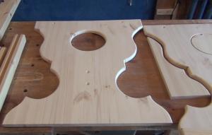 Вырезанные деревянные ножки стола