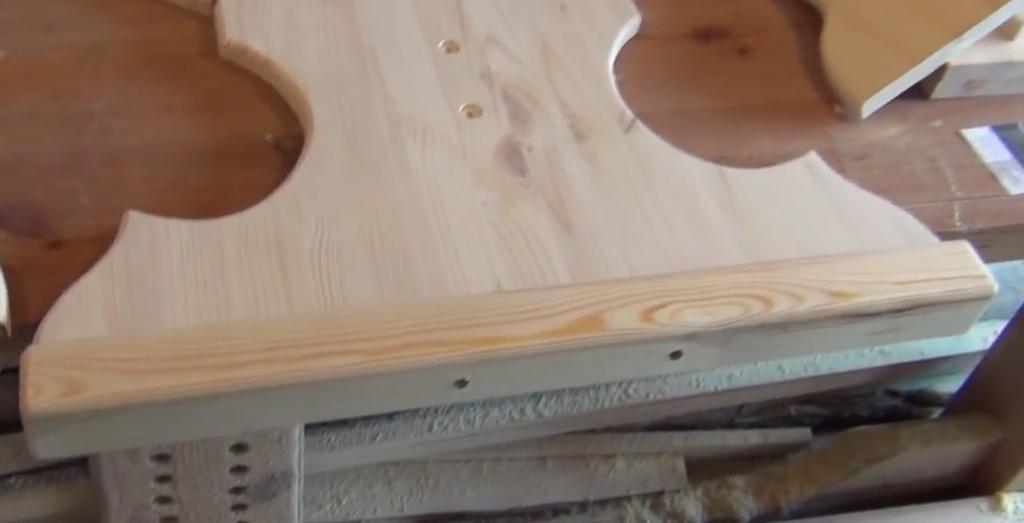 Закрепленный брусок на деревянной ножке стола