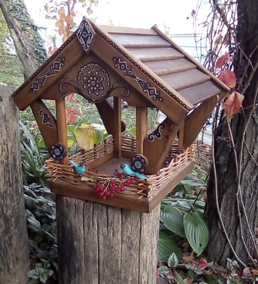 Кормушка для птиц с орнаментом и плетением