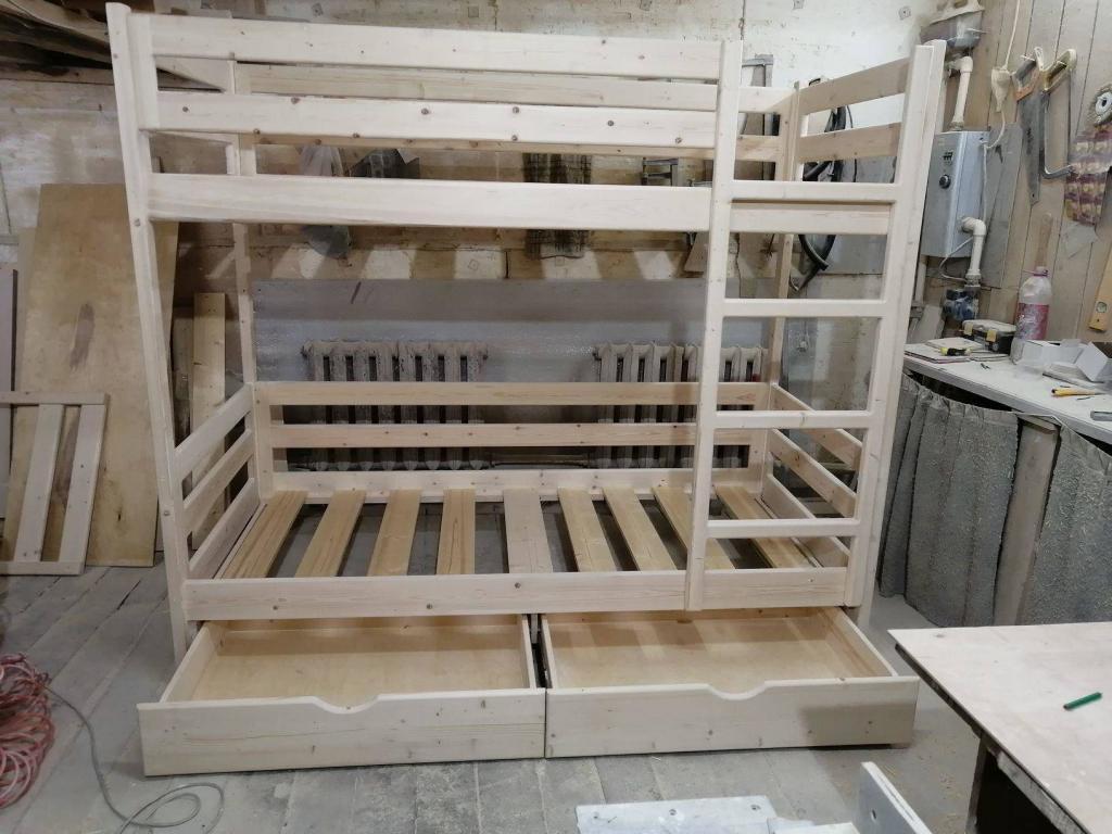 Детская двухъярусная кроватка с выдвинутыми ящиками