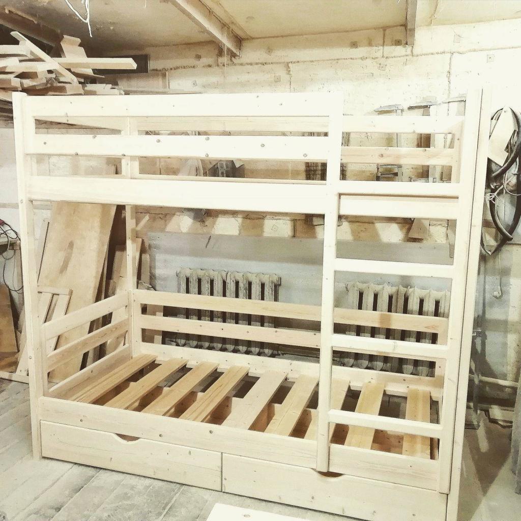 Детская двухъярусная кроватка в мастерской