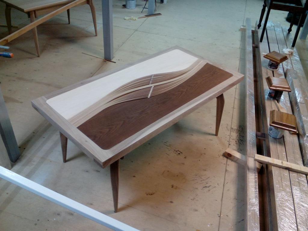 Двухцветный столик с волнистой вставкой