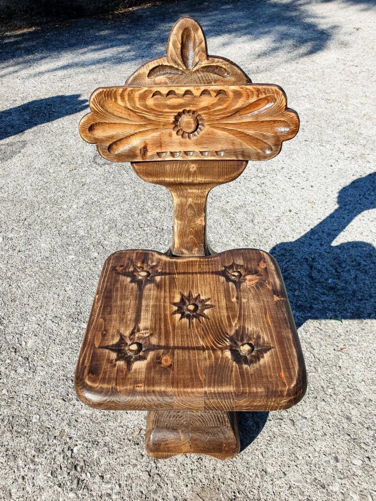 Резной стул необычной формы (1)