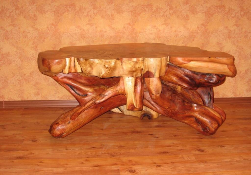Стол из коряг. Вид сбоку