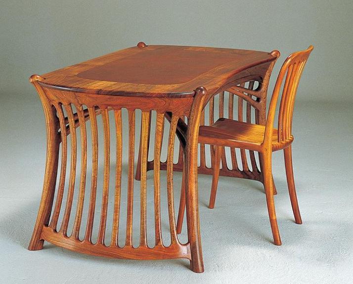 Стол с боковинами в виде решетки