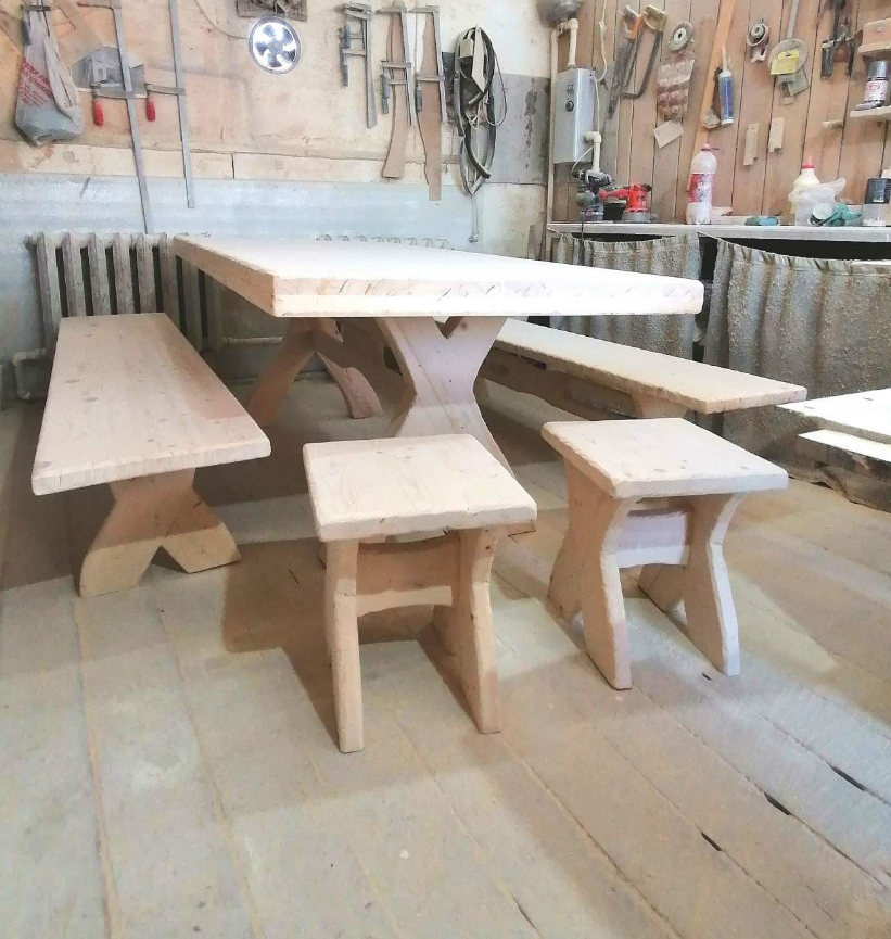 Стол с лавочками и табуретками
