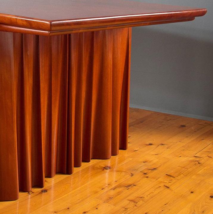 Стол с опорами-занавесками