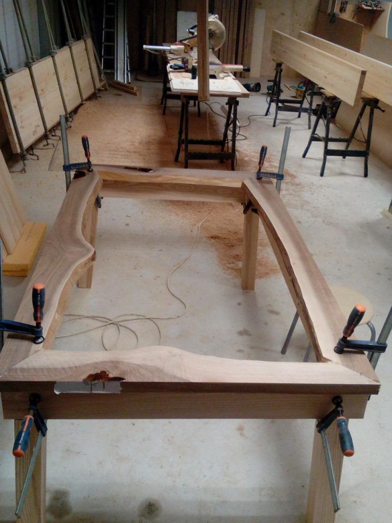 Стол со стеклом в процессе сборки
