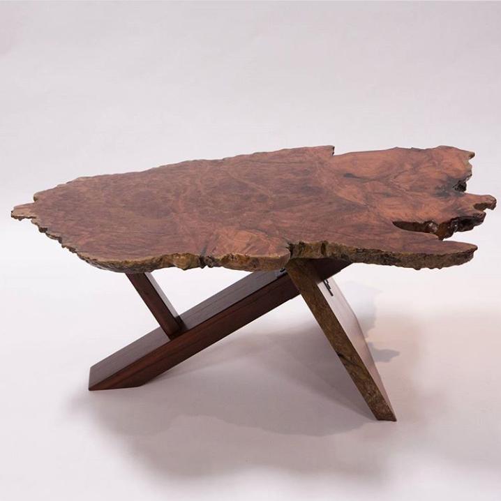Столик из свиля красного дерева