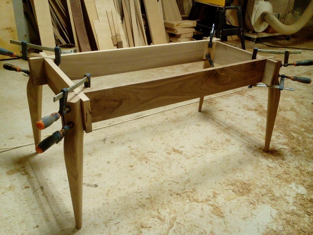 Столик с волнистой вставкой в процессе изготовления (2)