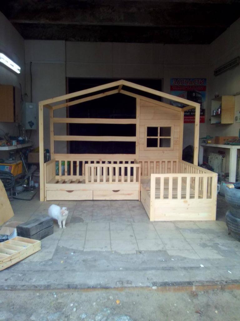 Двуспальная кроватка-домик перед покраской