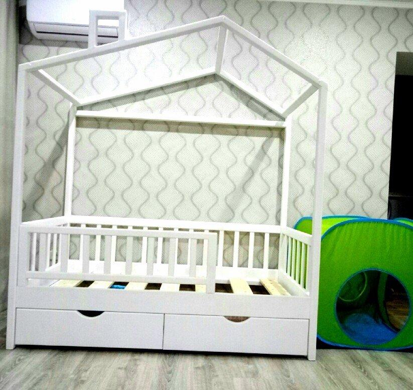 Кроватка-домик с ассиметричной крышей