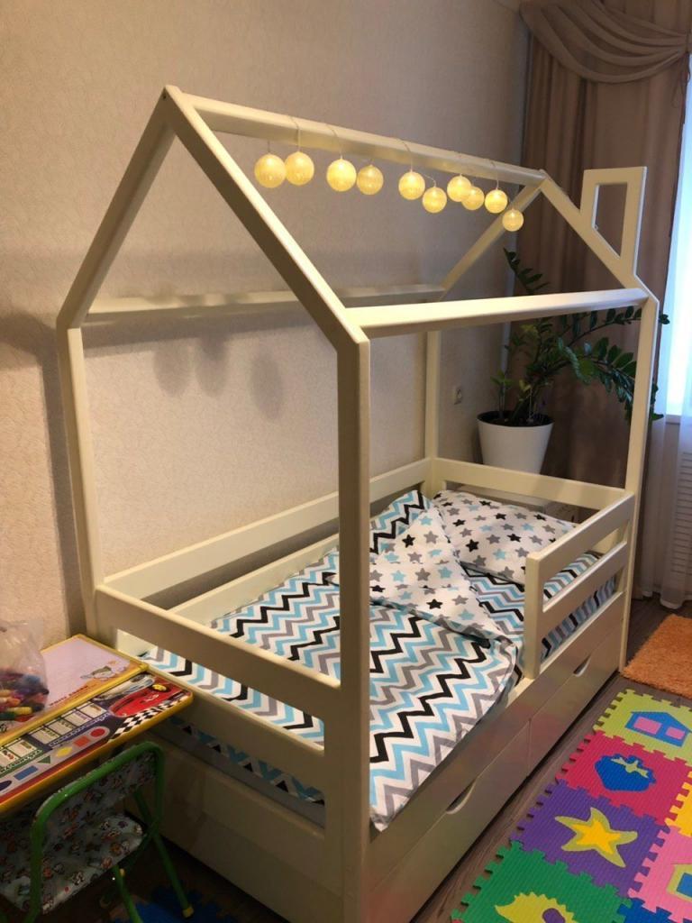 Кроватка-домик с гирляндой