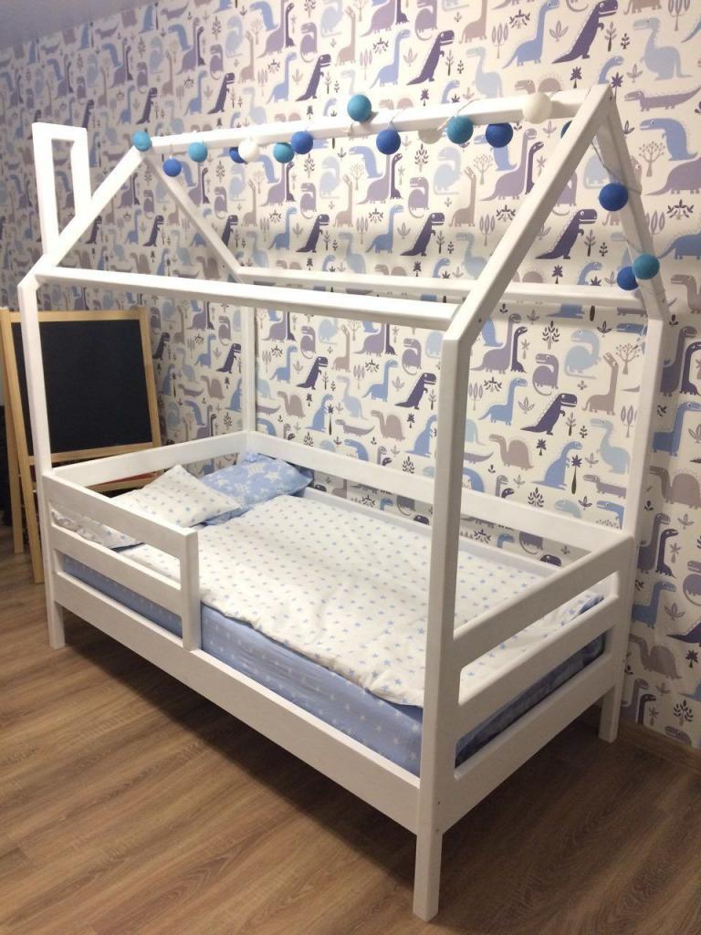 Кроватка-домик с миней гирляндой