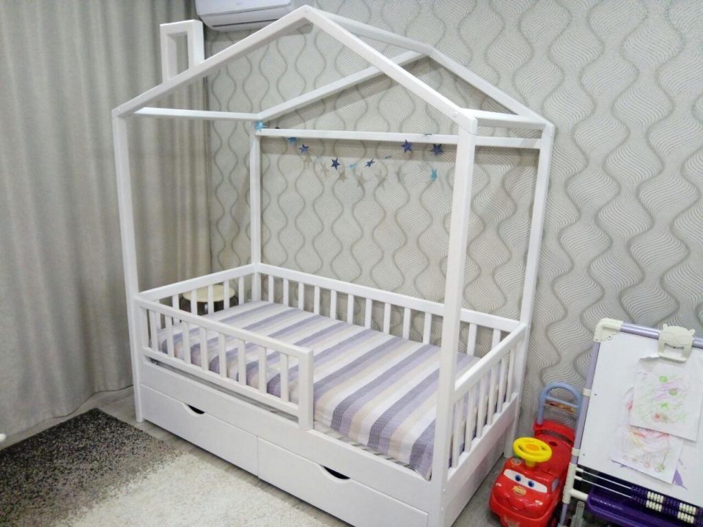 Кроватка-домик с продольной крышей