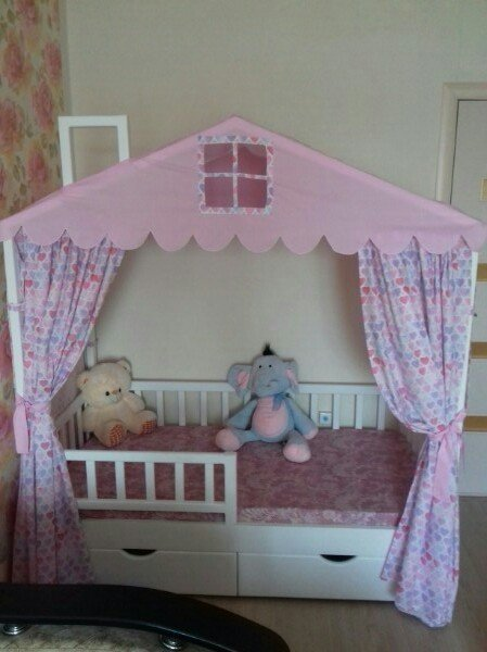 Кроватка-домик с занавесками