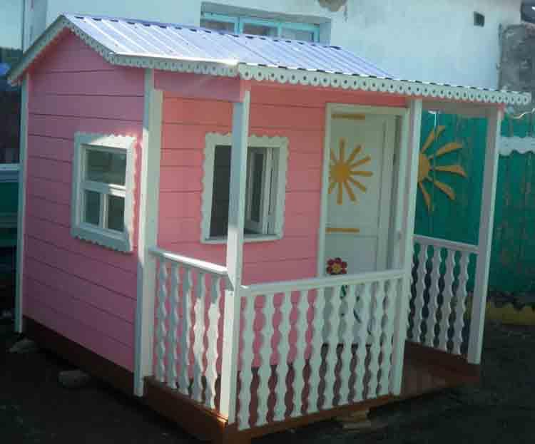 Розовый детский домик. Вид слева