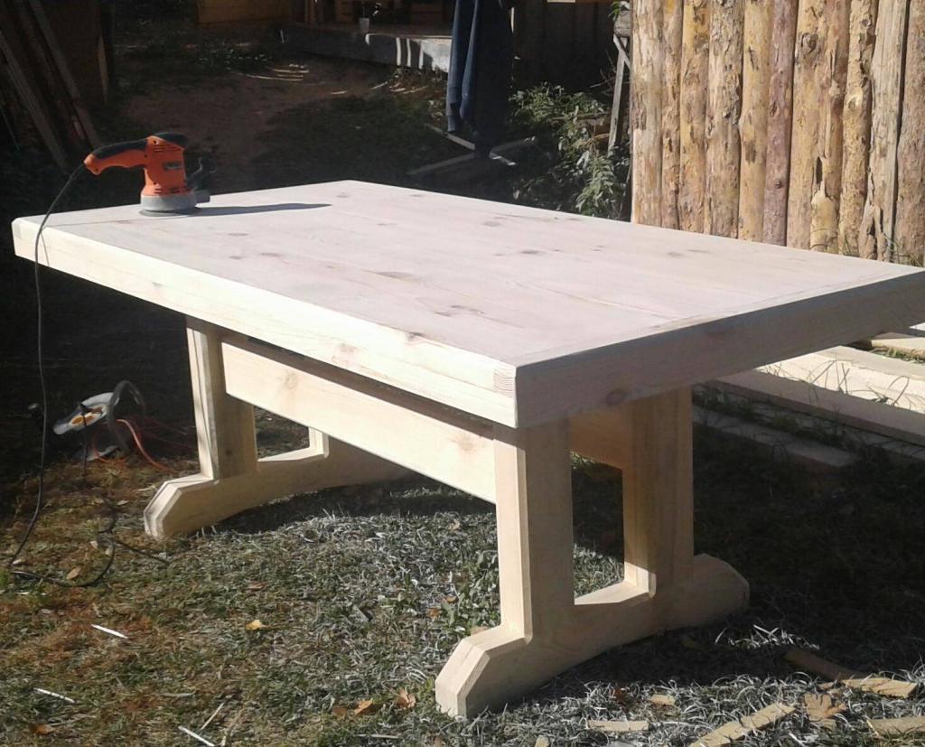 Стол из дерева в процессе обработки