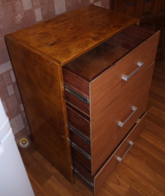 Комод с открытыми выдвинутыми ящиками