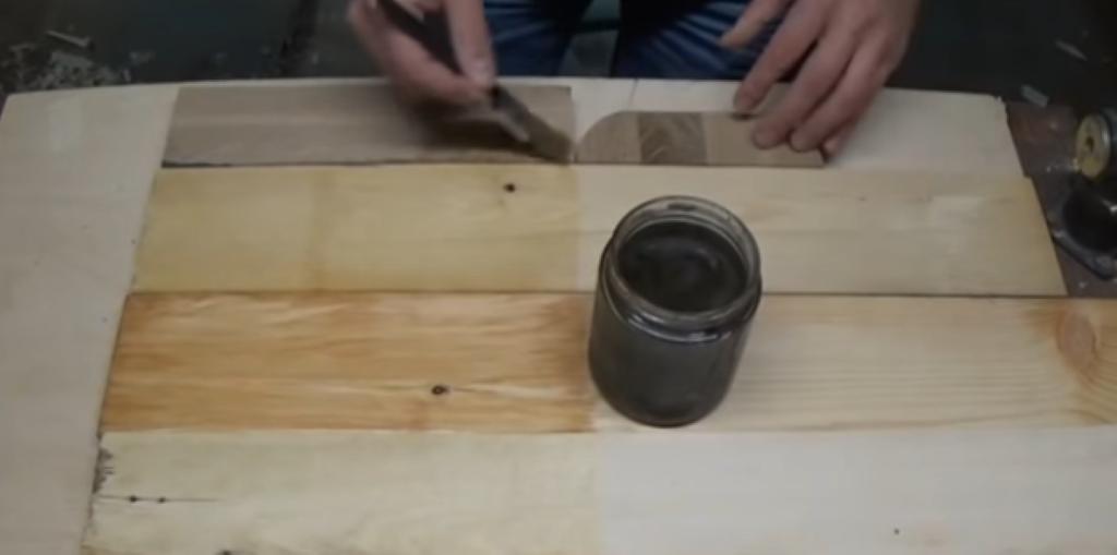 Нанесение уксусного раствора на древесину