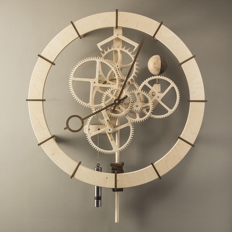 Большие часы из дерева для зала